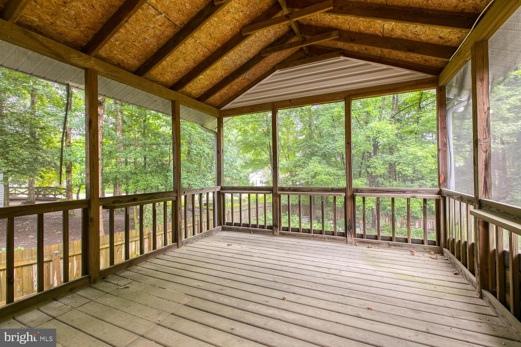 Perfect screened porch off master bedroom! - 3802 RAYNOLD CT, FREDERICKSBURG