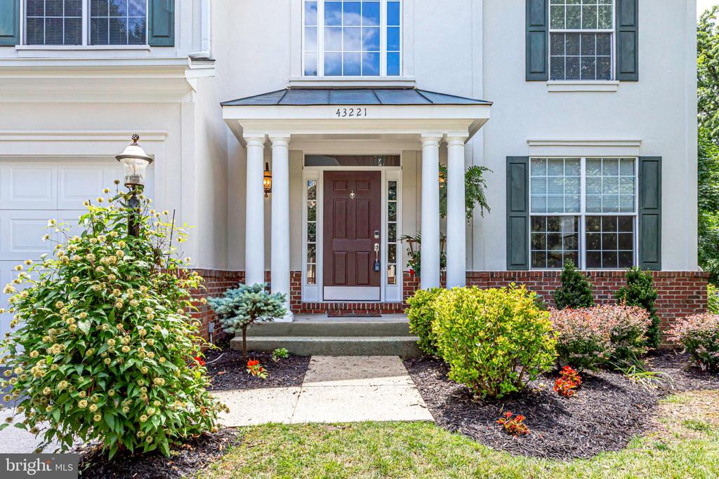 Covered entry - 43221 DARKWOODS ST, CHANTILLY