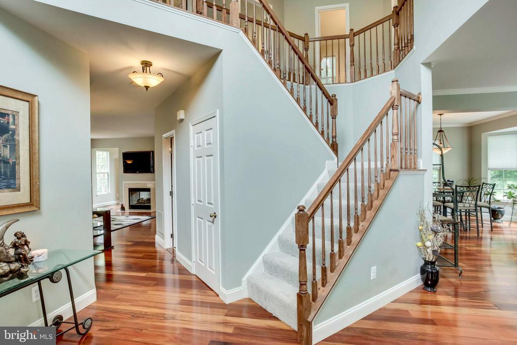 Graceful two story foyer - 43221 DARKWOODS ST, CHANTILLY