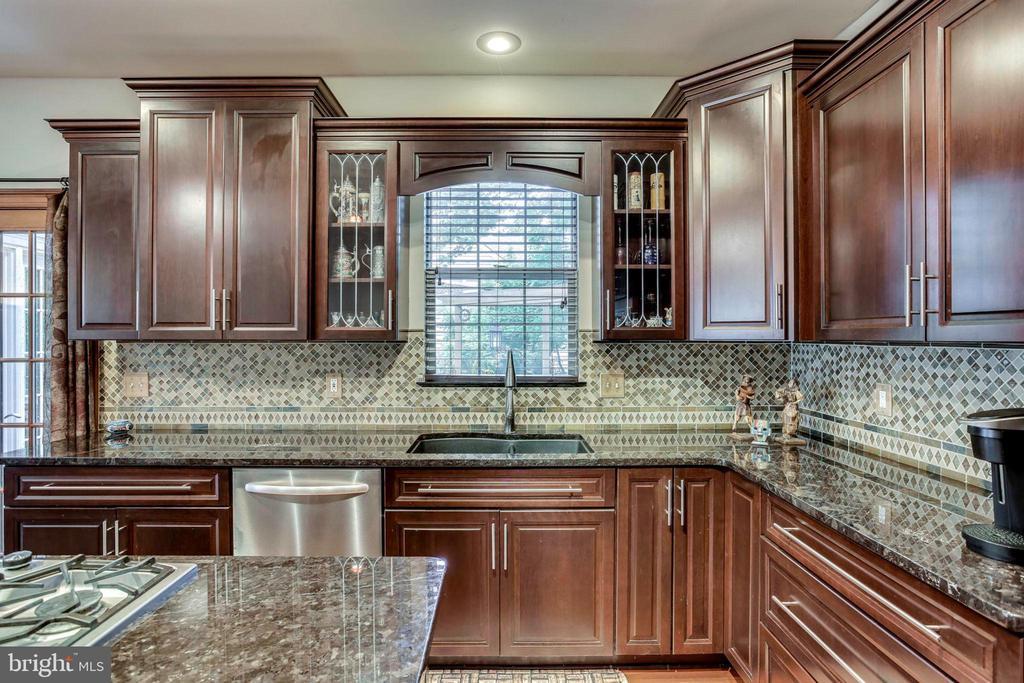 Custom cabinetry - 43221 DARKWOODS ST, CHANTILLY