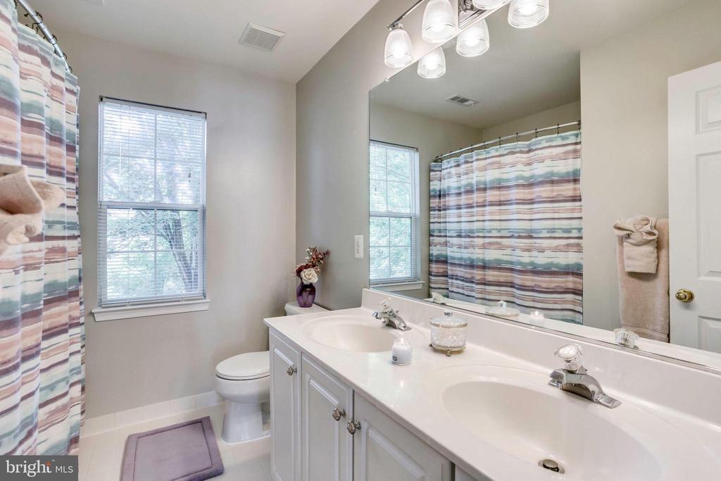 Hall bath - 43221 DARKWOODS ST, CHANTILLY