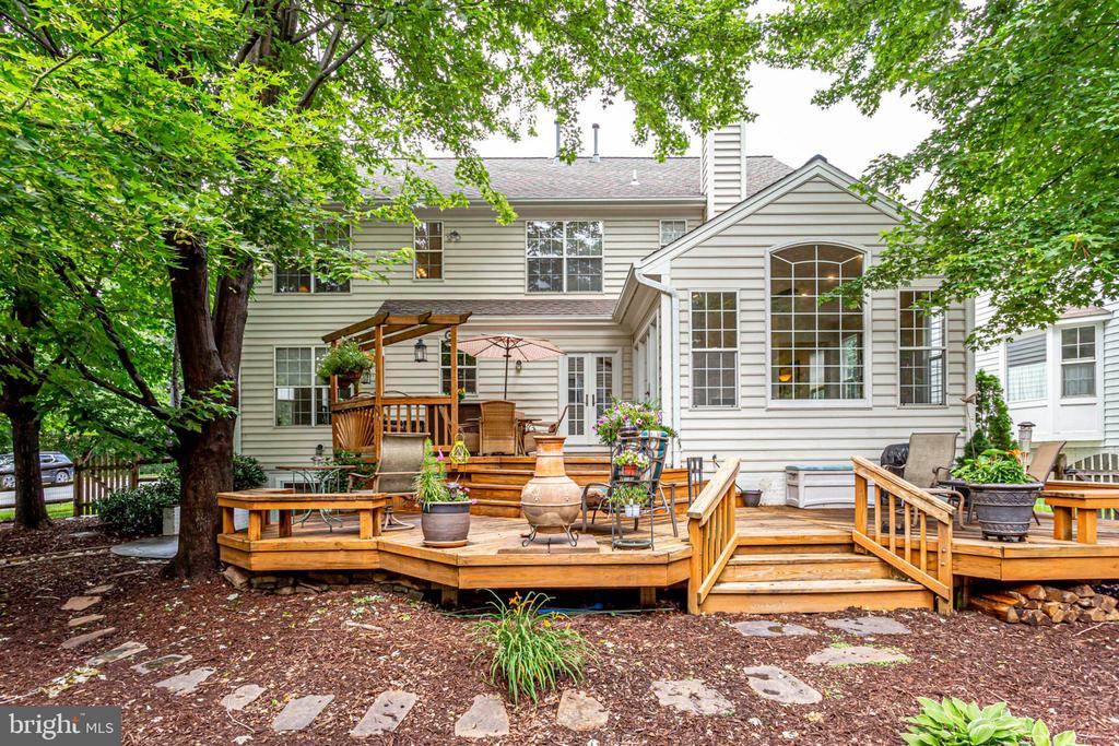 Plenty of space to entertain on summer evenings - 43221 DARKWOODS ST, CHANTILLY