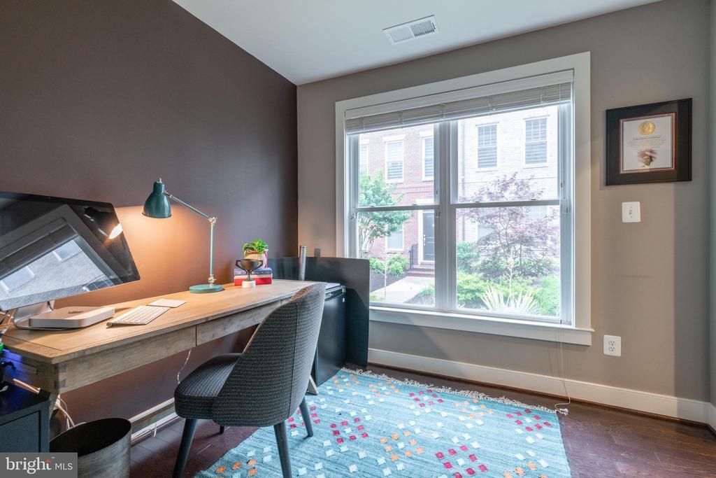 Ground floor office faces quiet courtyard - 3049 CHANCELLORS WAY NE, WASHINGTON