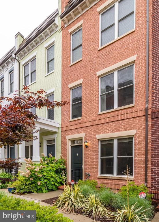 Facing a quiet landscaped courtyard - 3049 CHANCELLORS WAY NE, WASHINGTON