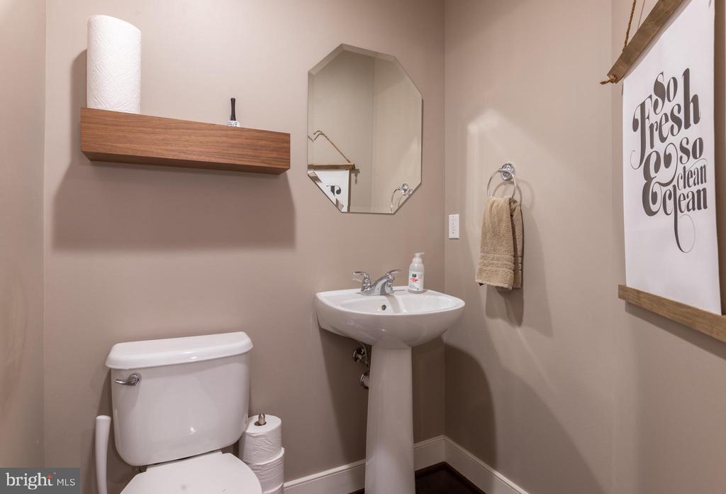 Main level powder room - 3049 CHANCELLORS WAY NE, WASHINGTON