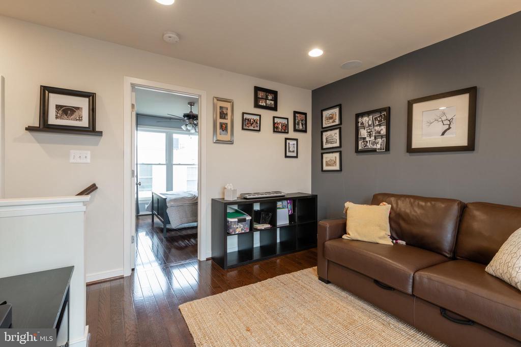 Top floor - master suite? Inlaw suite? You decide - 3049 CHANCELLORS WAY NE, WASHINGTON