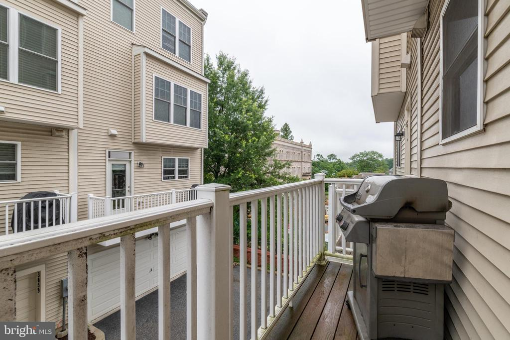 Back deck off kitchen with gas hookup for grill - 3049 CHANCELLORS WAY NE, WASHINGTON
