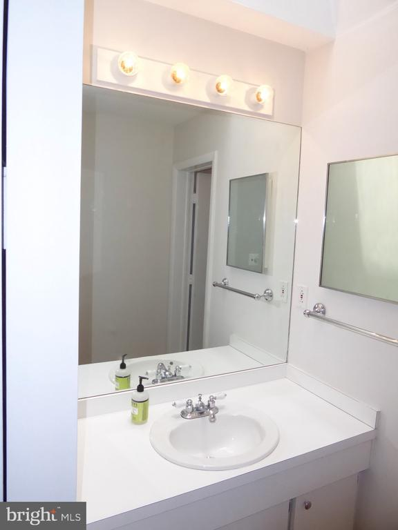 Bathroom with skylight - 1340 VERMONT AVE NW #6, WASHINGTON