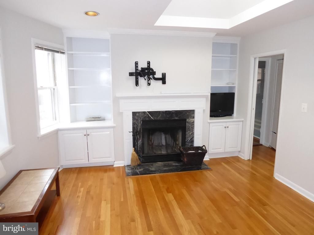 Working fireplace with mantle - 1340 VERMONT AVE NW #6, WASHINGTON