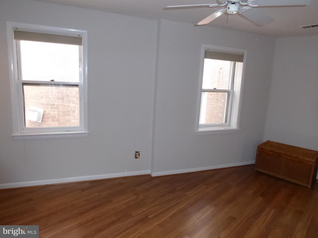 Bedroom- plenty of natural light - 1340 VERMONT AVE NW #6, WASHINGTON
