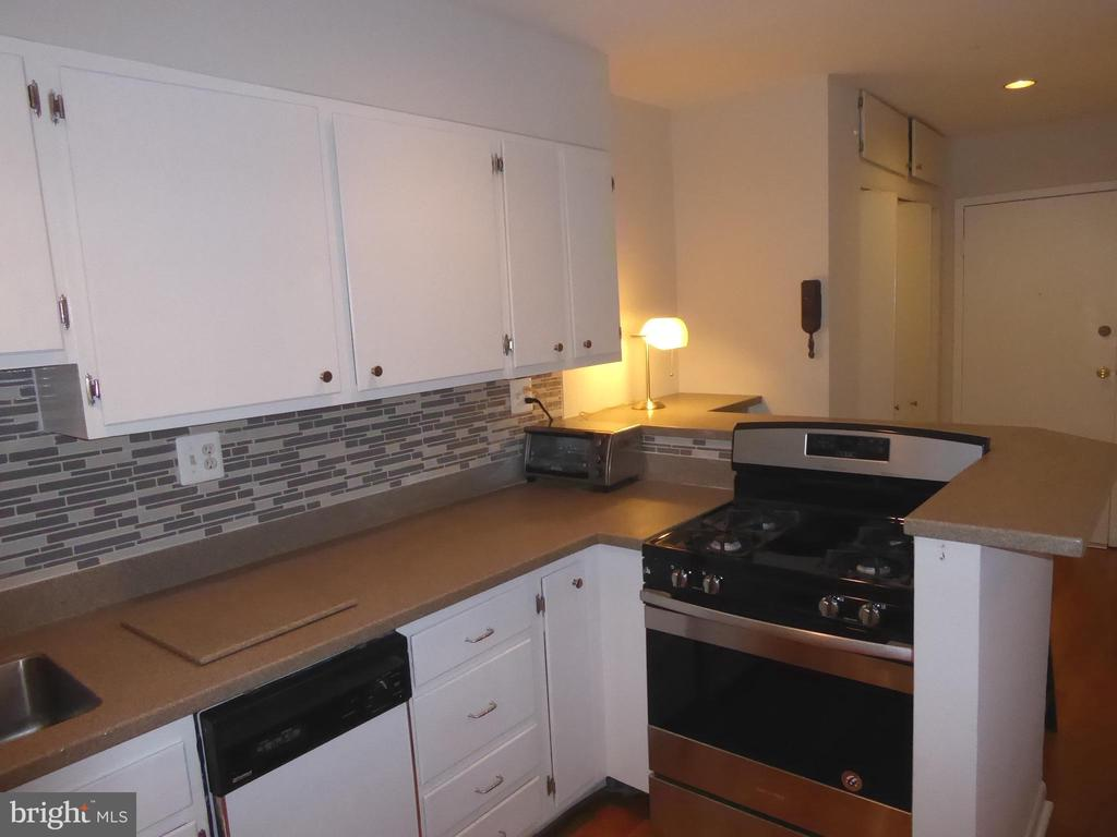 Kitchen with gas stove - 1340 VERMONT AVE NW #6, WASHINGTON