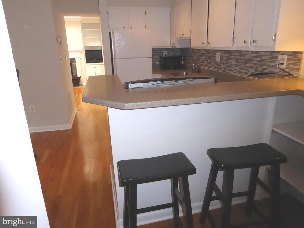 Kitchen counter with stools - 1340 VERMONT AVE NW #6, WASHINGTON