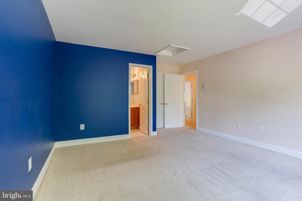 Bedroom 2 with Full Bathroom - 6711 HUNTERS RIDGE RD, MANASSAS
