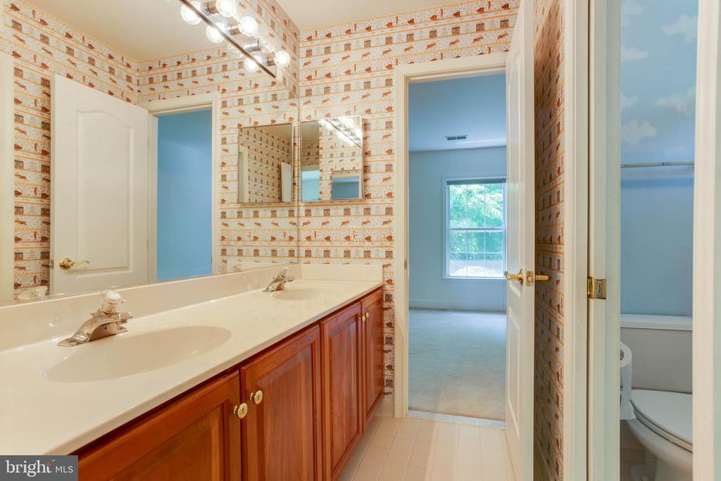 Jack and Jill Bathroom - 6711 HUNTERS RIDGE RD, MANASSAS