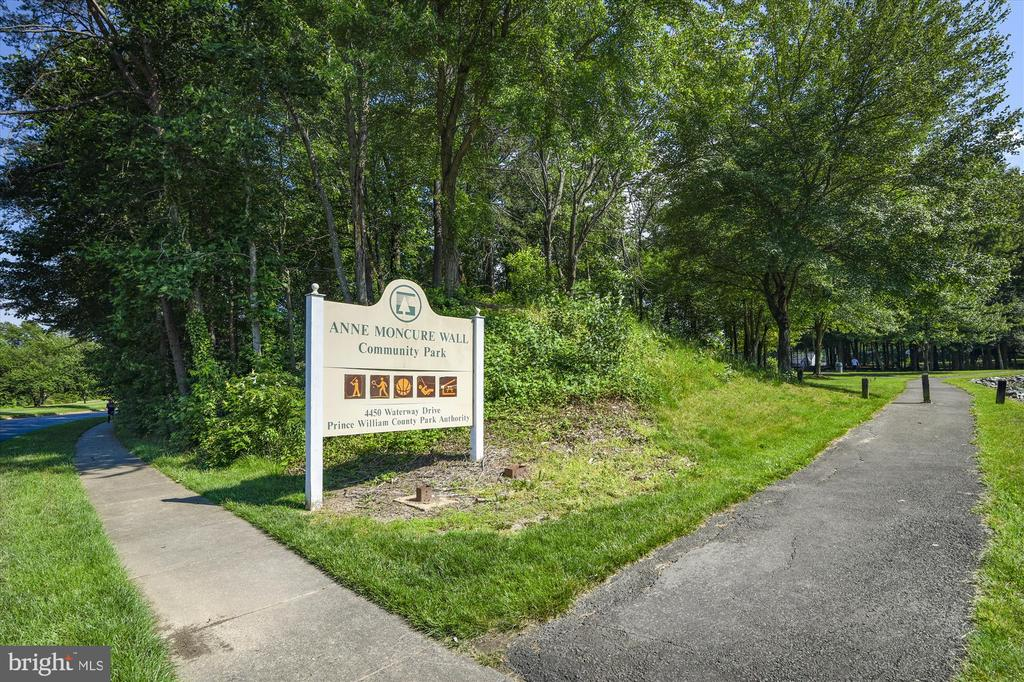 Walk to the park for some fun - 15795 FAWN PL, DUMFRIES