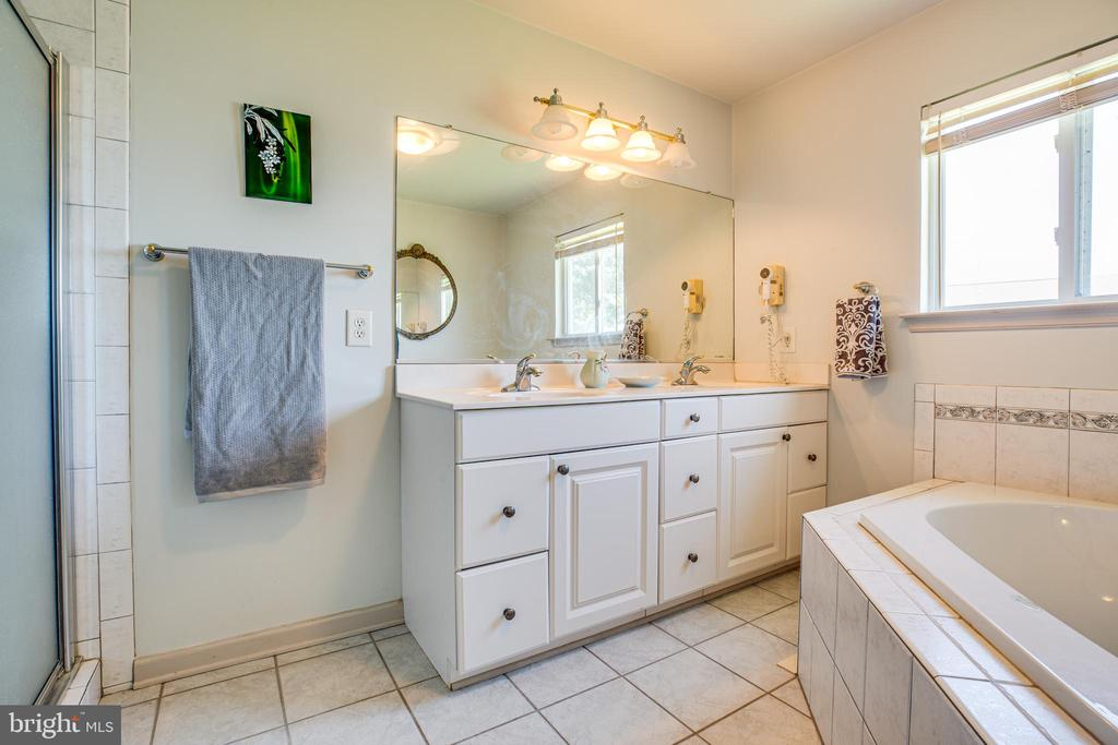 Master w Dual Vanity, Soaking Tub and Shower - 21 AQUIA CREST LN, STAFFORD