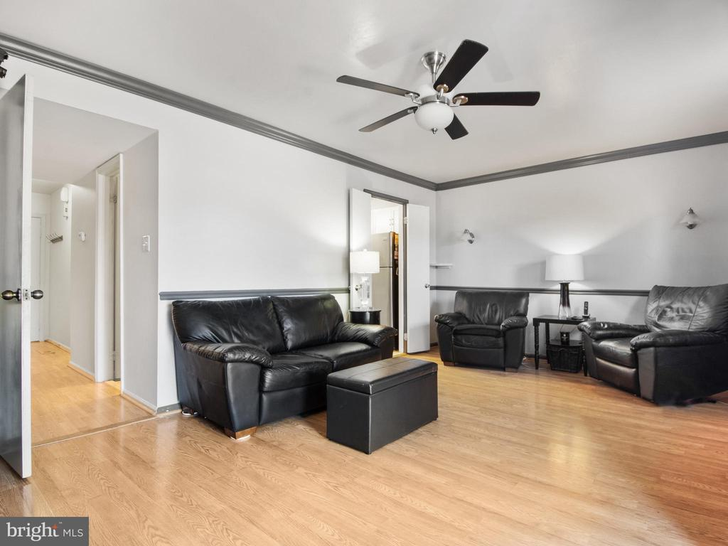 Living Room toward Kitchen & Foyer - 9168 KERSHAW CT, MANASSAS