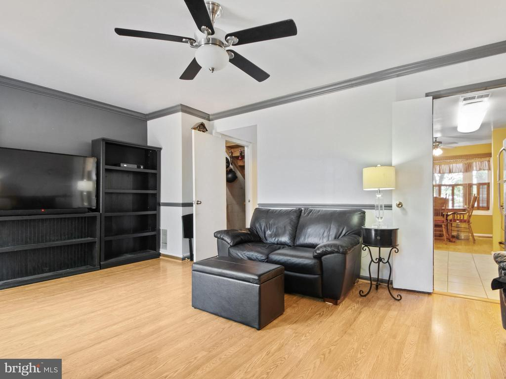 Living Room toward Foyer entry - 9168 KERSHAW CT, MANASSAS