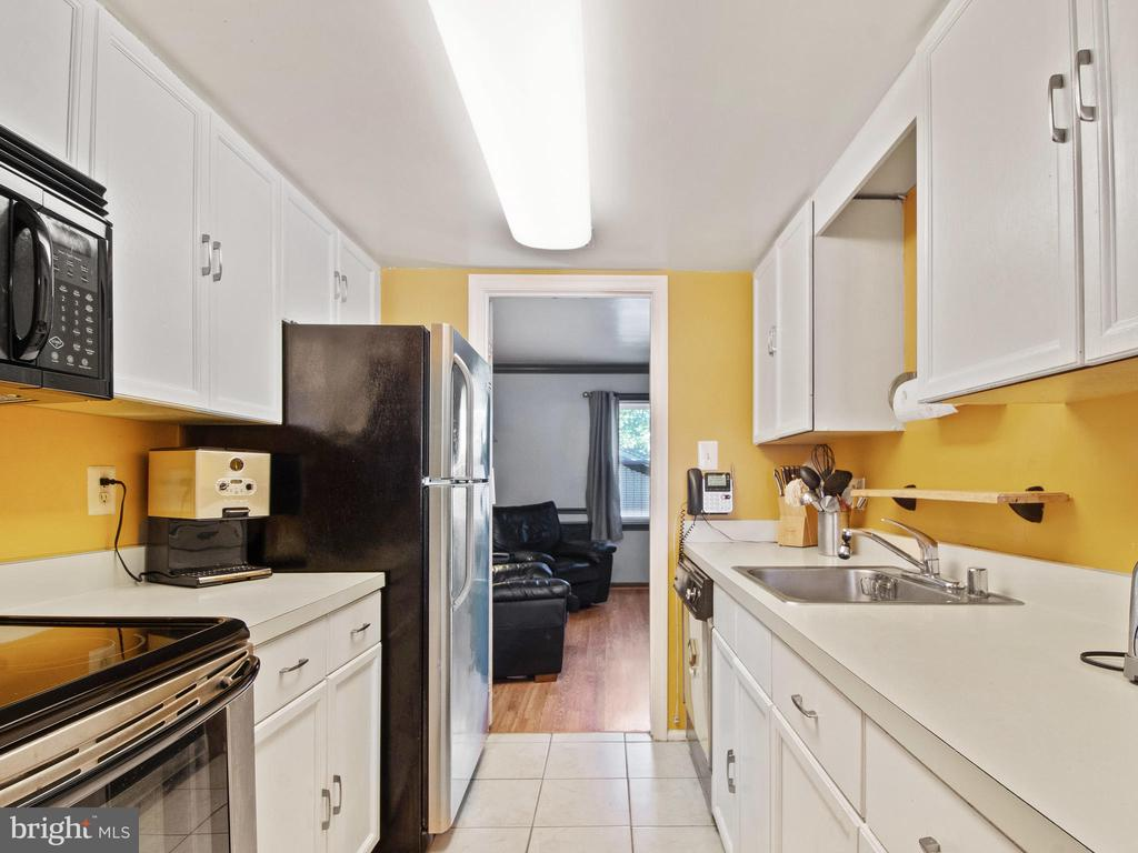 Kitchen toward Living Room - 9168 KERSHAW CT, MANASSAS