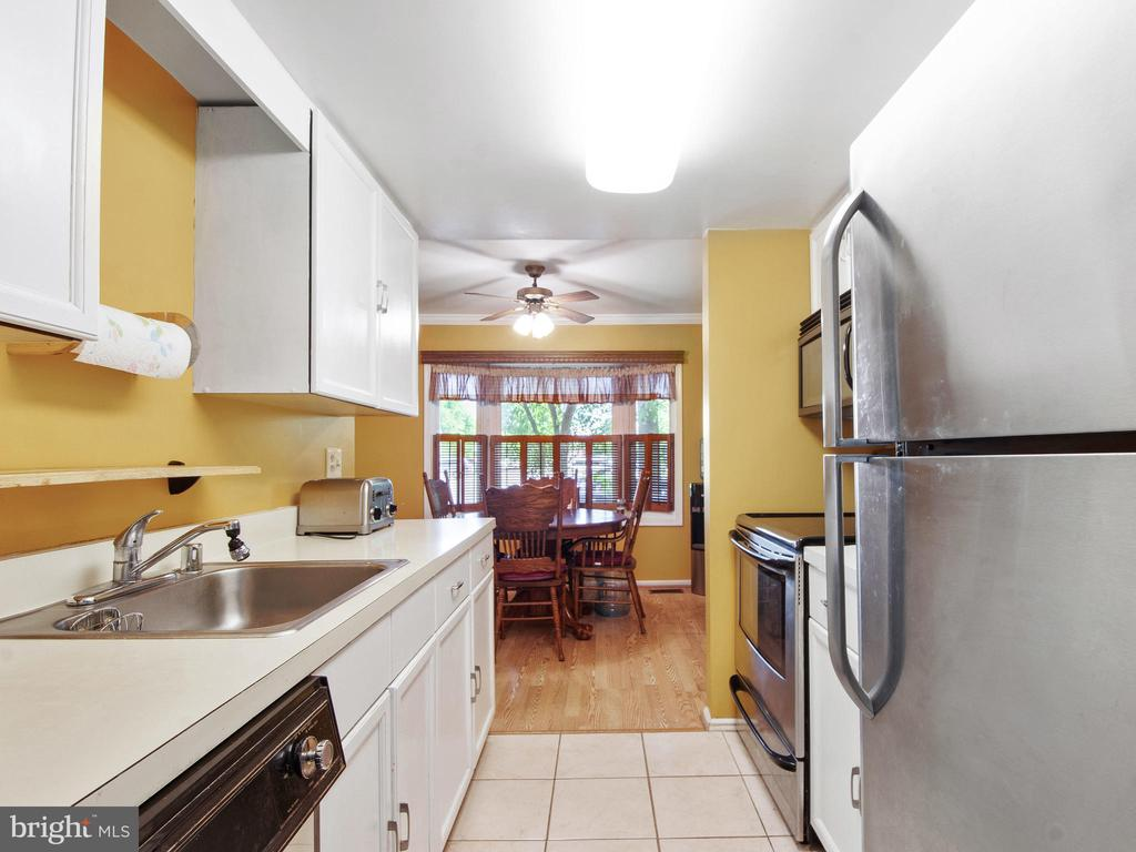 Kitchen toward Dining Room - 9168 KERSHAW CT, MANASSAS