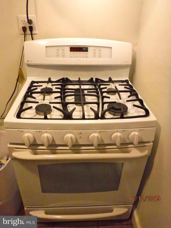 Upgraded gas stove in Kitchen - 7724 AMHERST DR, MANASSAS