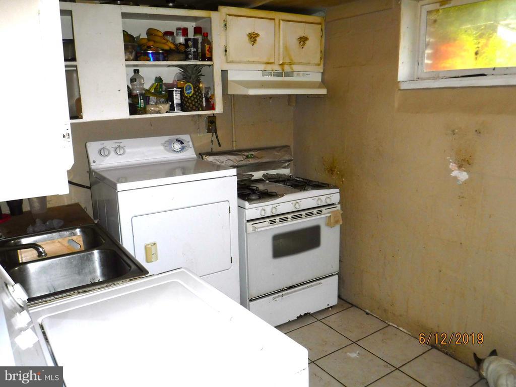 Laundry room in basement - 7724 AMHERST DR, MANASSAS