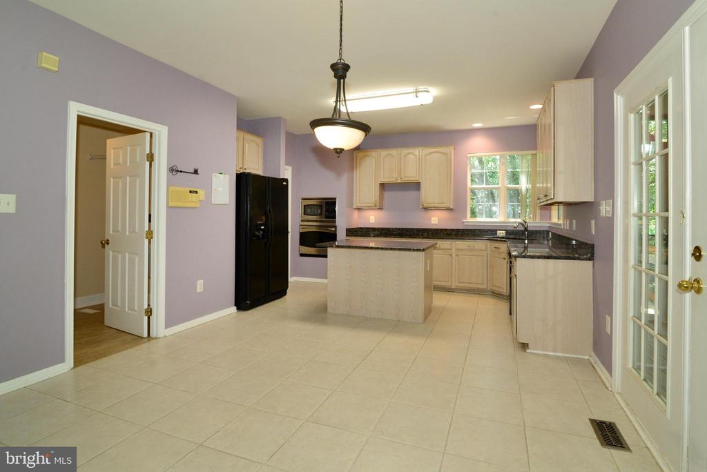 Laundry/mud room off kitchen withutility sink - 416 LAWFORD DR SW, LEESBURG