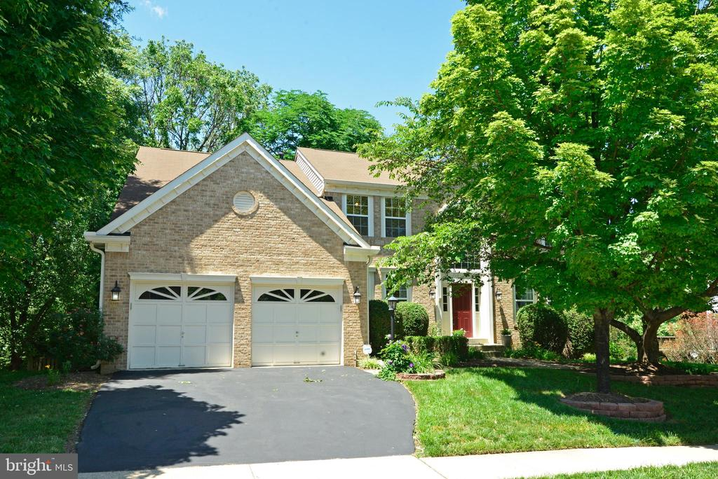 Roomy two-car garage - 416 LAWFORD DR SW, LEESBURG