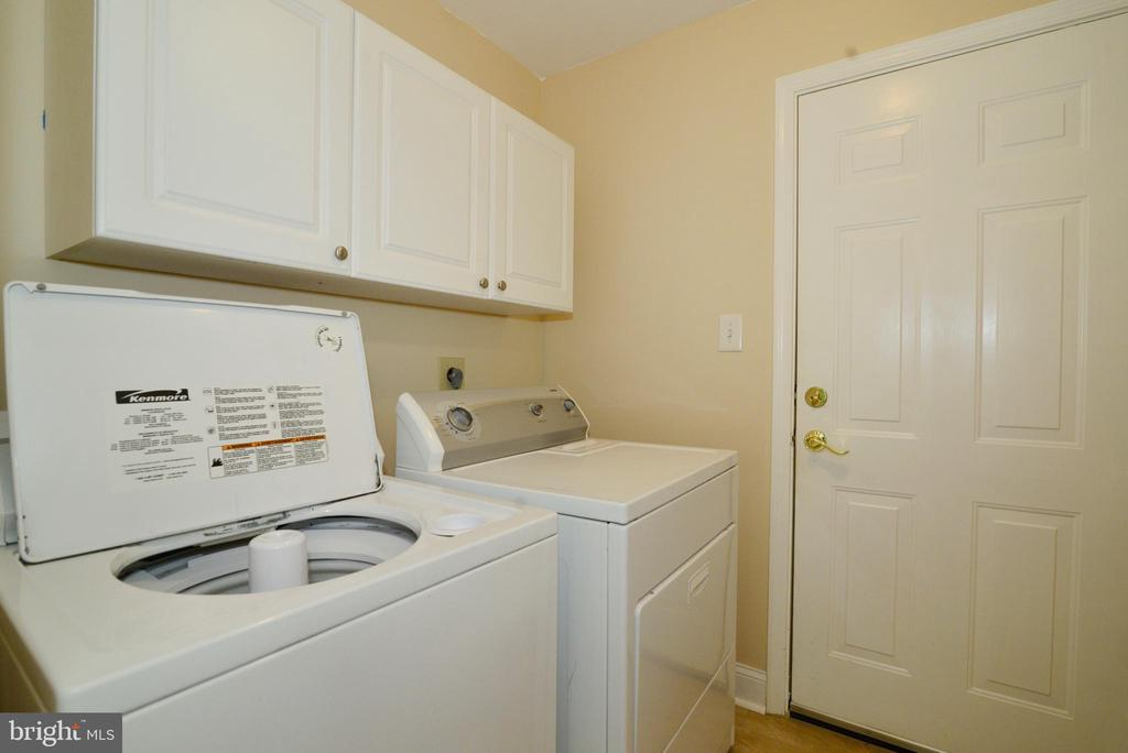 Main level laundry/mud room with utility sink - 416 LAWFORD DR SW, LEESBURG