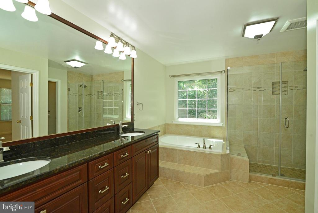 Master bath with soaking tub & shower - 416 LAWFORD DR SW, LEESBURG