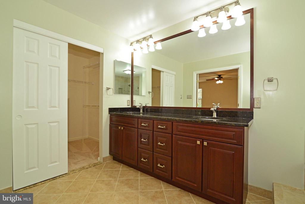 Master bathroom with granite double sink - 416 LAWFORD DR SW, LEESBURG