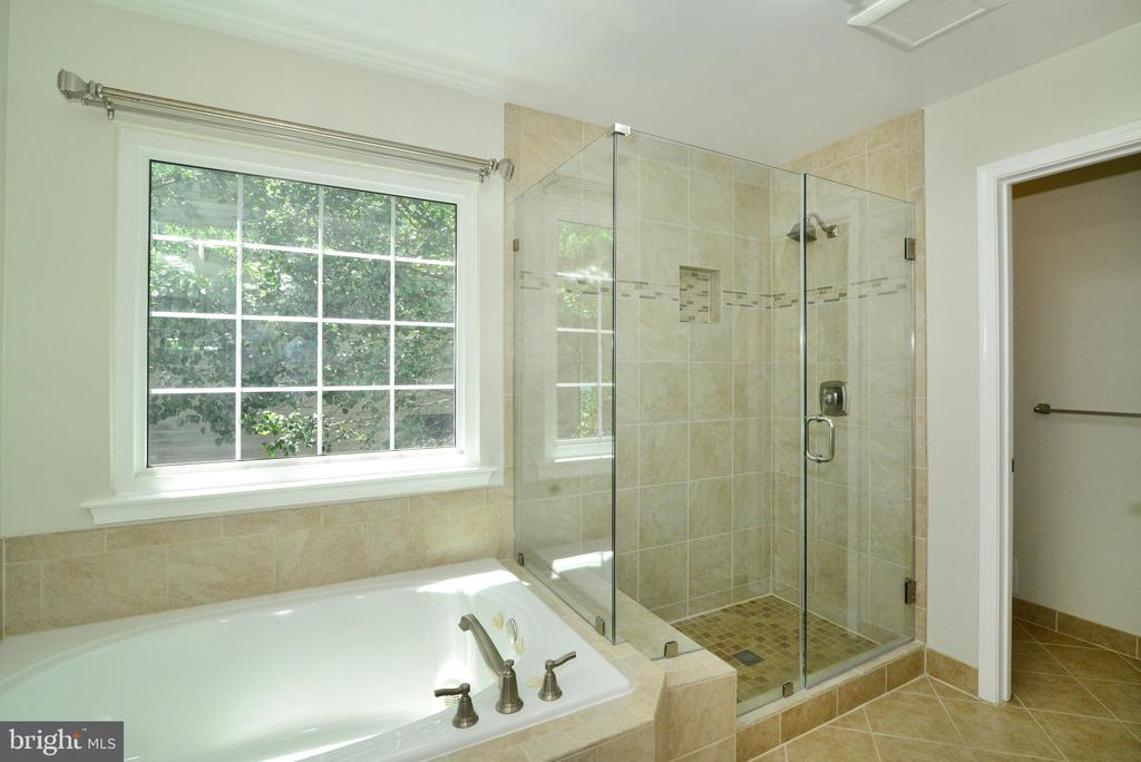 Tiled master bath - 416 LAWFORD DR SW, LEESBURG