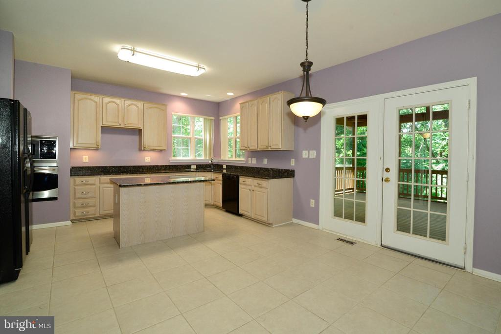 Sunny Kitchen with door to deck - 416 LAWFORD DR SW, LEESBURG