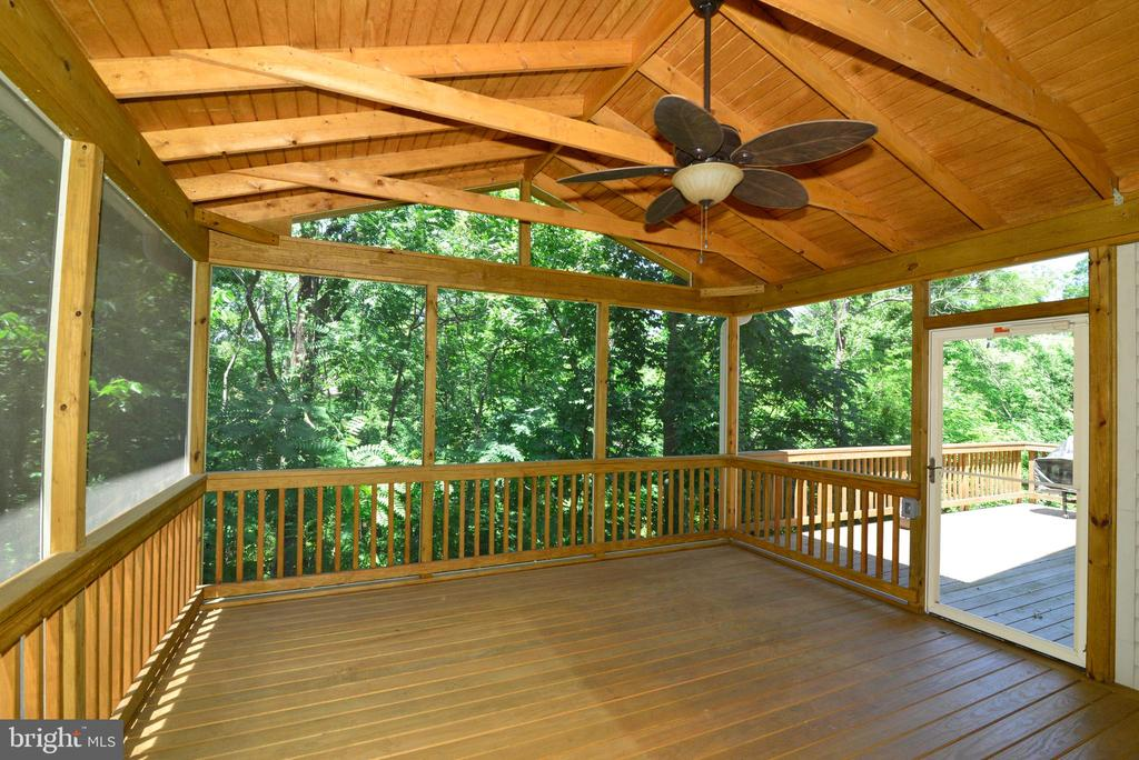 Screened deck with paddle fan - 416 LAWFORD DR SW, LEESBURG