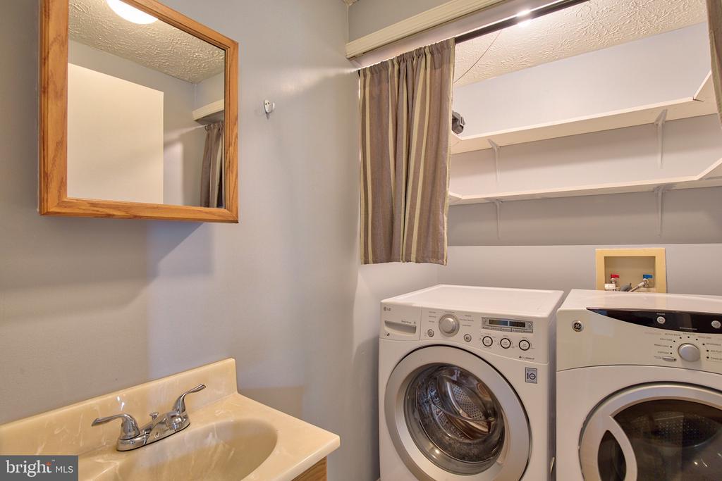 Main Level Laundry/Powder Room - 1011 NELSON CT NE, LEESBURG