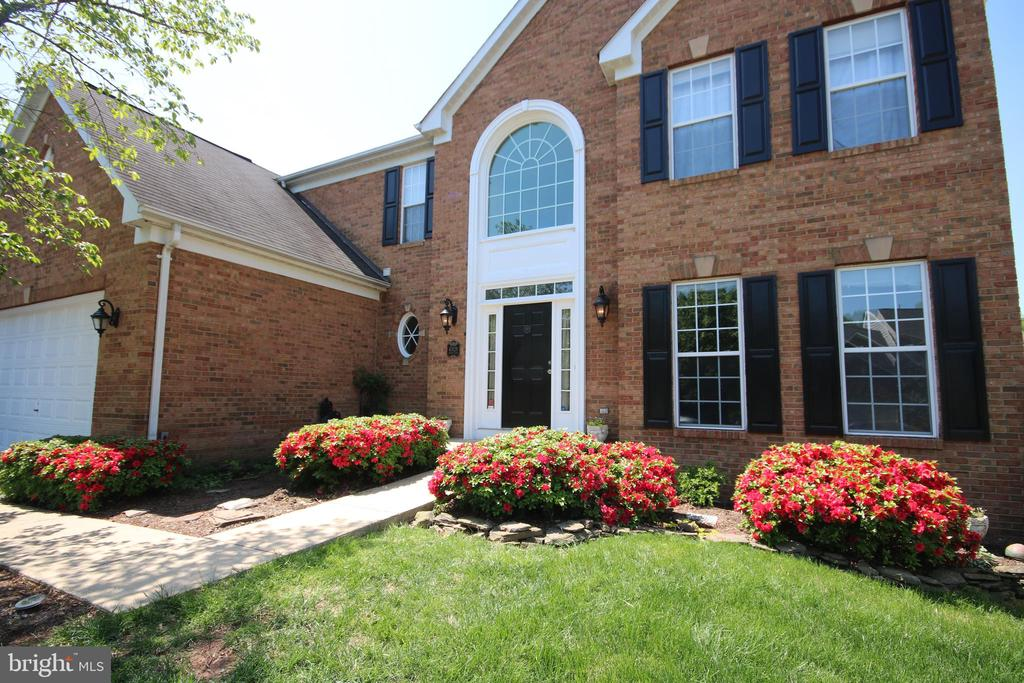 Brick front colonial on quiet street - 47429 RIVER FALLS DR, STERLING