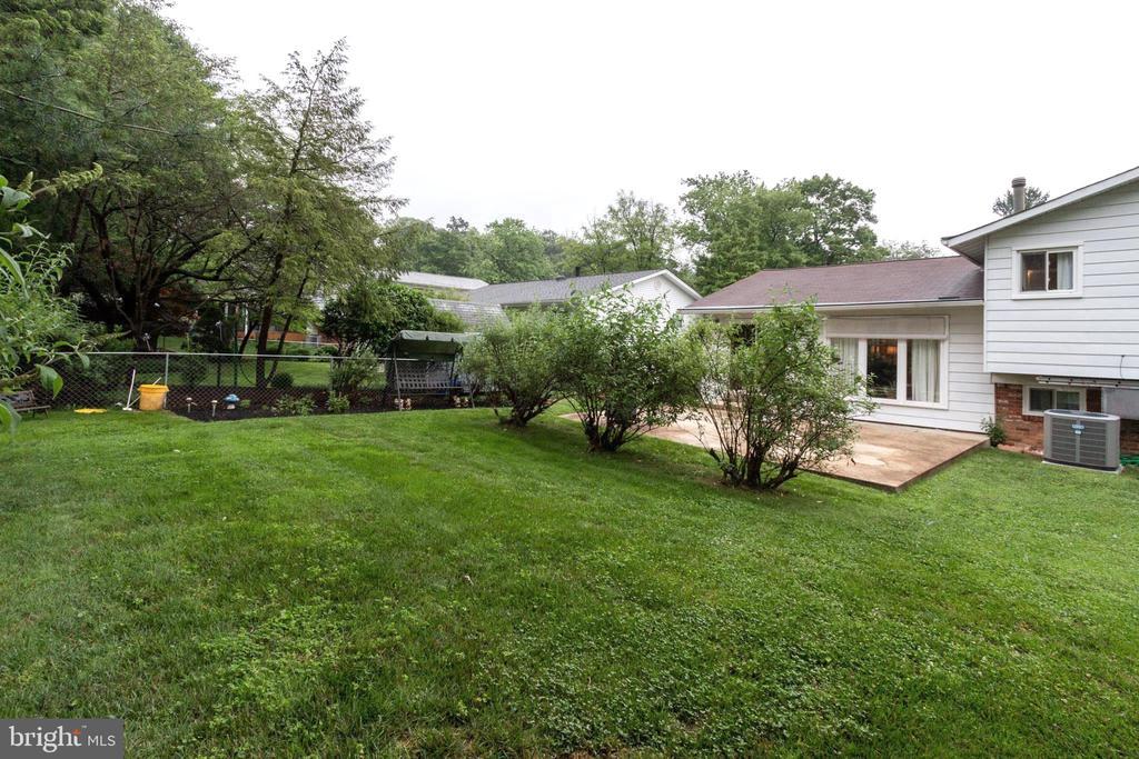 Spacious Fully-Fenced Backyard - 713 CARTER RD, ROCKVILLE