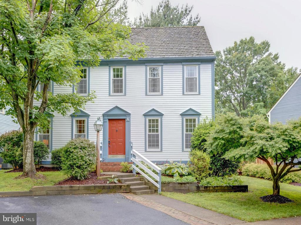 Stately welcoming New England Style Colonial - 11707 OLD BAYBERRY LN, RESTON