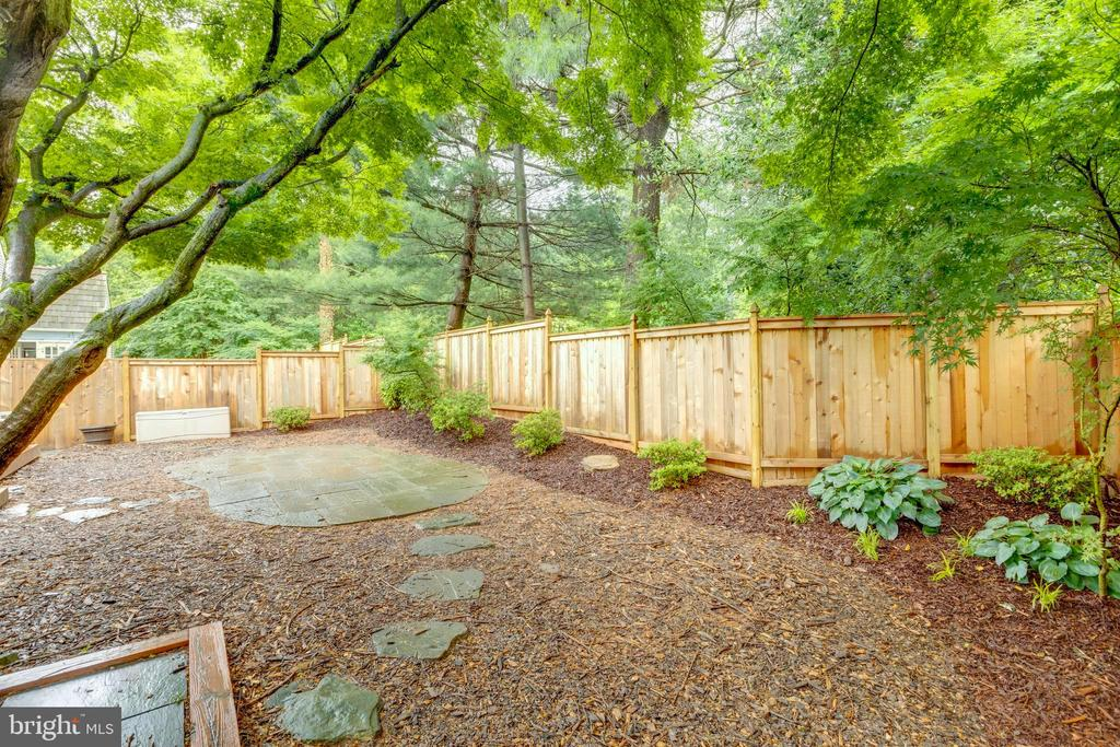 Wonderfully landscaped - 11707 OLD BAYBERRY LN, RESTON