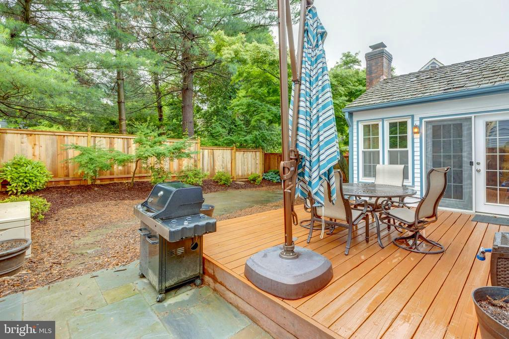 Fire up the grill and let Rover roam :) - 11707 OLD BAYBERRY LN, RESTON
