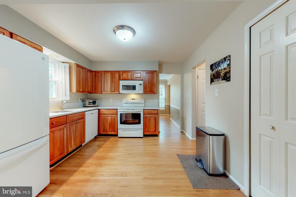 Updated kitchen appliances - 11707 OLD BAYBERRY LN, RESTON