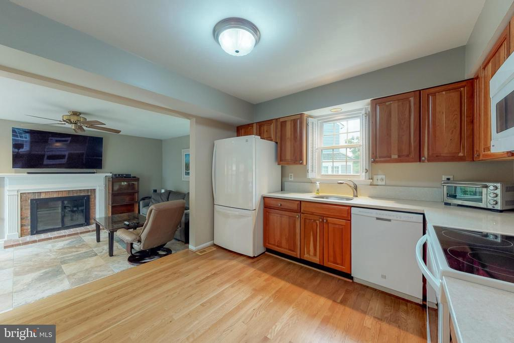 Kitchen opens to family room creating a good flow - 11707 OLD BAYBERRY LN, RESTON