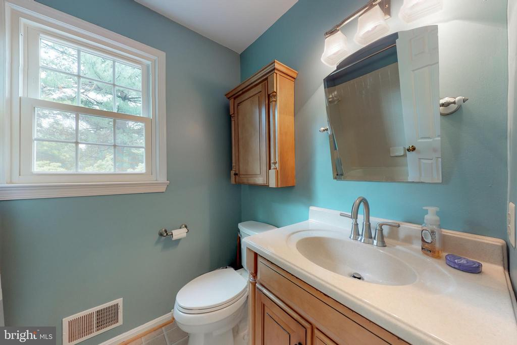 Upper Level 2nd Full Bathroom - 11707 OLD BAYBERRY LN, RESTON