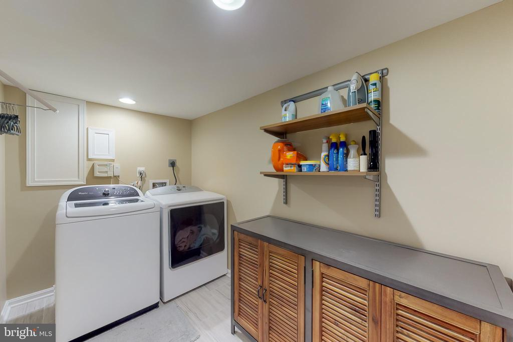 No dark laundry room here! - 11707 OLD BAYBERRY LN, RESTON
