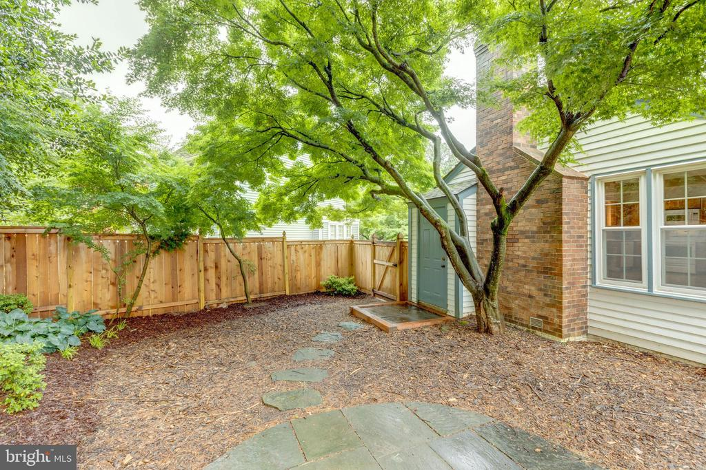 Backyard is fully fenced w/2 gates - 11707 OLD BAYBERRY LN, RESTON