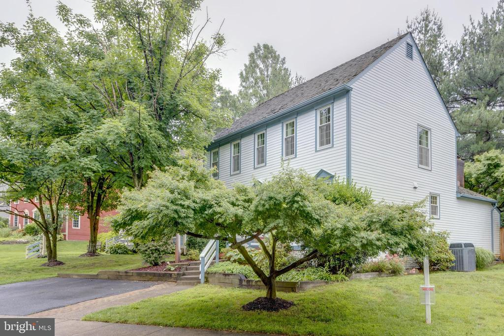 Lushly landscaped back and front - 11707 OLD BAYBERRY LN, RESTON