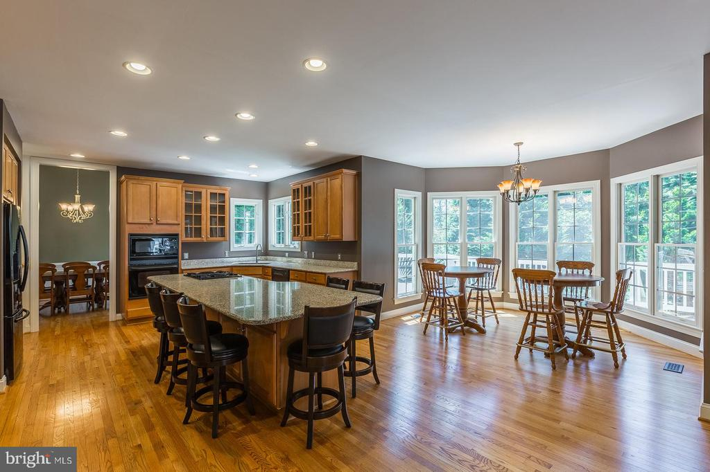 Open Concept Kitchen and Breakfast area bumpout - 4524 MOSSER MILL CT, WOODBRIDGE