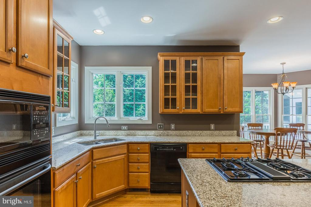 Lot's of Natural light in the kitchen - 4524 MOSSER MILL CT, WOODBRIDGE