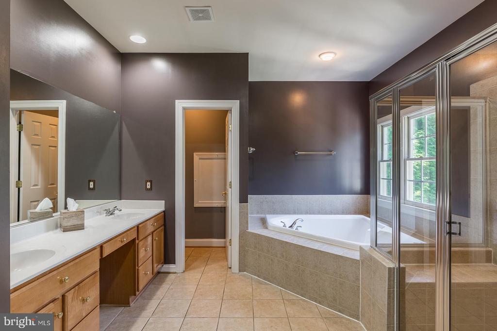 Spacious Owners' Bathroom - 4524 MOSSER MILL CT, WOODBRIDGE