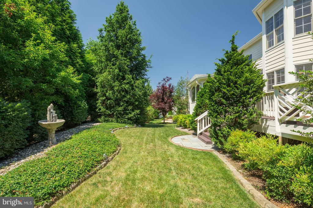 well-maintained yard, inground sprinkler system - 4524 MOSSER MILL CT, WOODBRIDGE